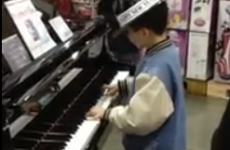 Kid blows shoppers away with impromptu piano performance